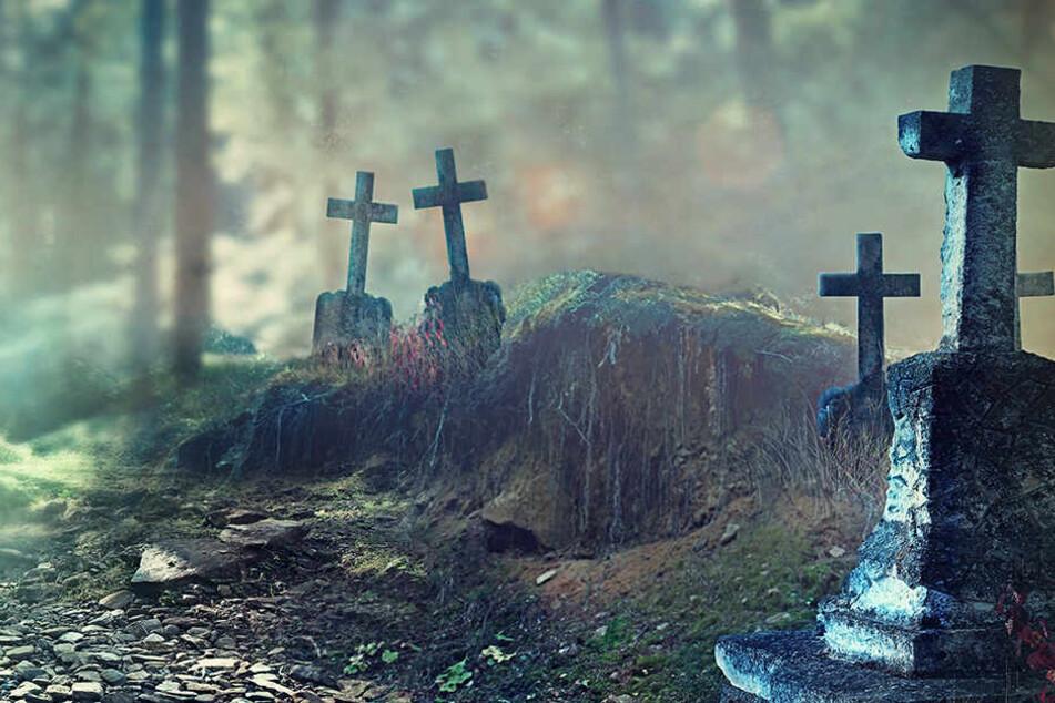 Männer treffen sich auf Friedhof, dann müssen sie Gräber schaufeln
