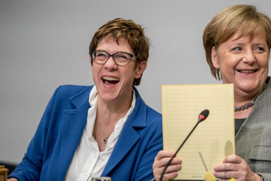 Annegret Kramp-Karrenbauer (l), Bundesvorsitzende der CDU, lacht neben Bundeskanzlerin Angela Merkel (CDU) vor Beginn der Klausurtagung des CDU-Bundesvorstands. Bei der zweitägigen Klausur sollen Vorbereitungen für Europawahl und Landtagswahlen getroffen