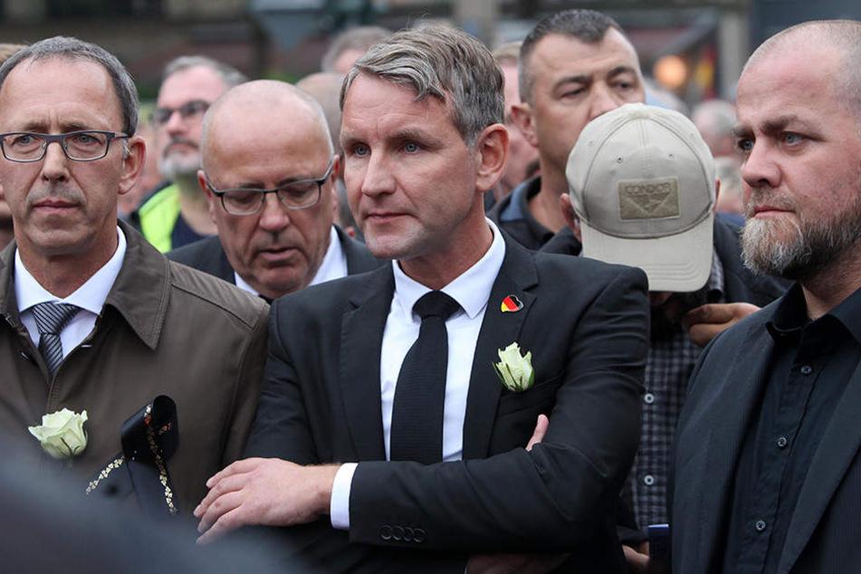 """Auch beim Chemnitzer """"Trauermarsch"""" mit AfD-Rechtsaußen Björn Höcke (M.) war Seidel mitmarschiert."""