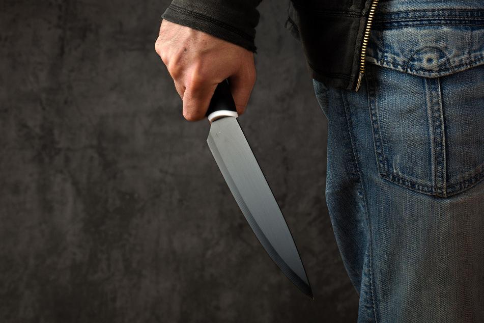 Streit eskaliert: 21-Jähriger sticht Nachbarn (18) mit Messer in Genitalien