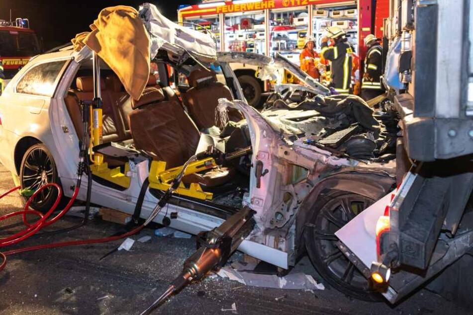 Horror-Crash auf Autobahn: BMW rast unter Lkw, drei Menschen eingeklemmt