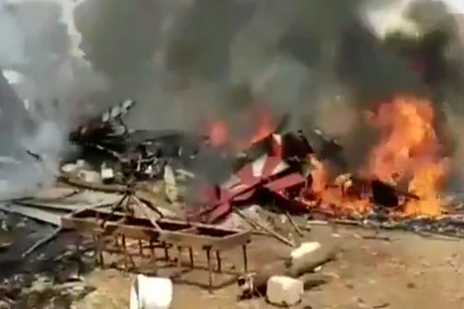 Kampfflugzeuge prallen in der Luft zusammen: Ein Pilot überlebt den Absturz nicht