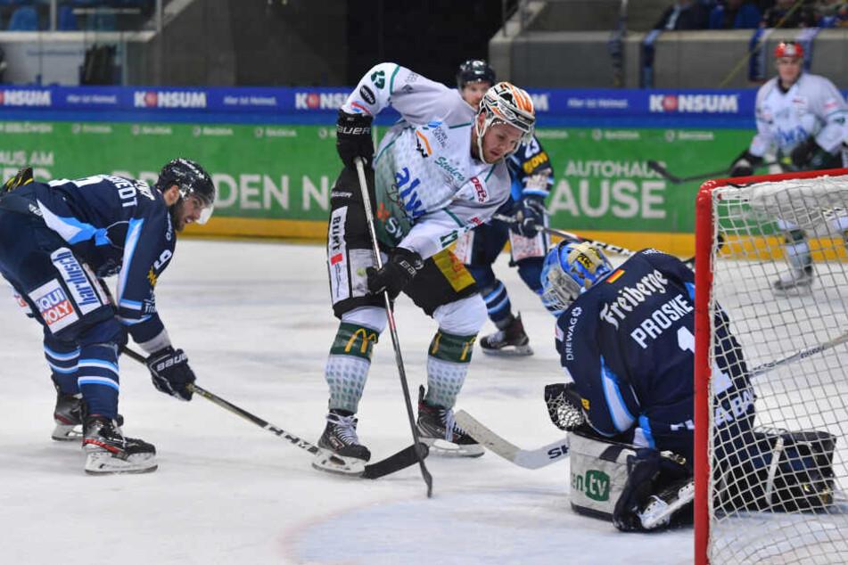 Überragend pariert hier Eislöwen-Keeper Florian Proske (r.) gegen Brett Breitkreuz (M.).