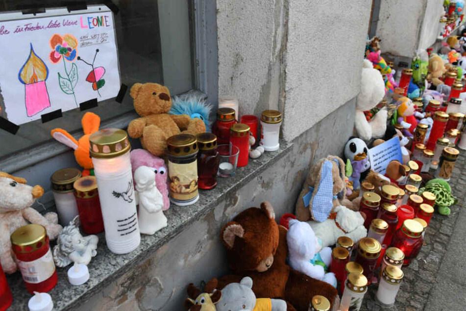 Kerzen und Plüschtiere stehen vor dem Eingang des Hauses, wo am 12.Januar2019 eine Sechsjährige ums Leben kam.