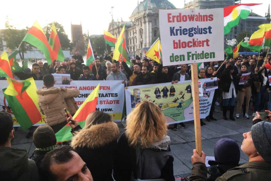 Zahlreiche Demonstranten demonstrierten gegen den Krieg der türkischen Armee in der Region Rojava (Syrien).