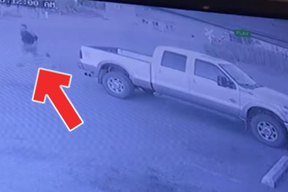 Der beklaute Dieb versuchte noch, seinem gestohlenen Wagen hinterherzurennen.