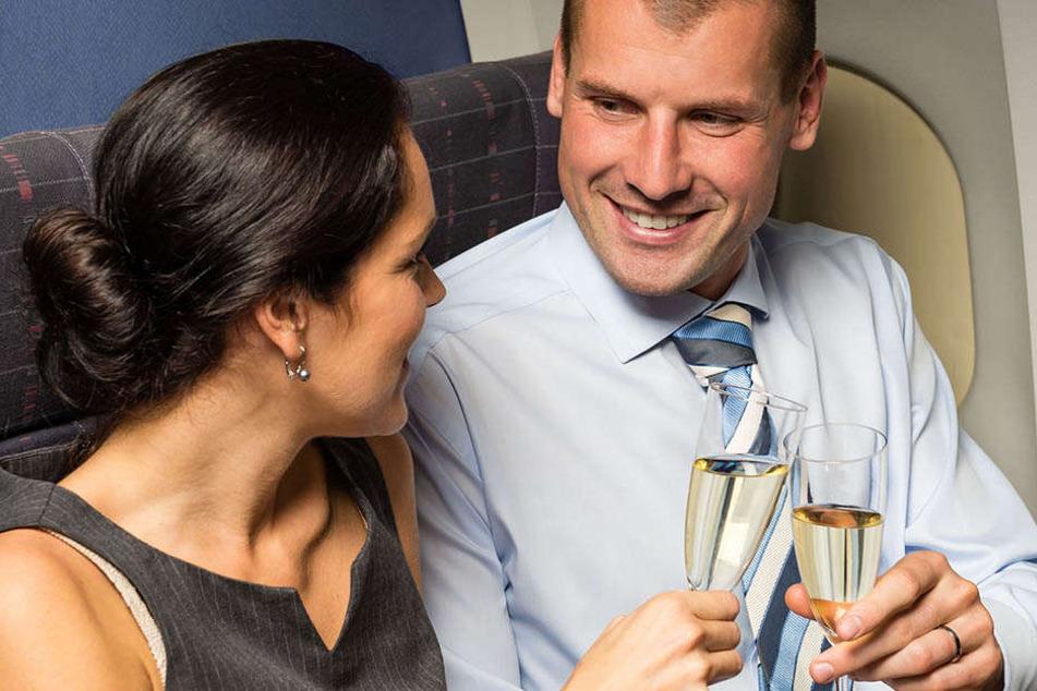 Schrecklich! Nicht mal Champagner gibt's mehr im Flieger ...