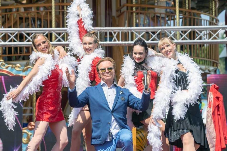 """Fühlt sich sicher wohl: Fernsehkarussell-Moderatur Wolfgang Lippert (66) mit den Tänzerinnen von """"DanceArt""""."""