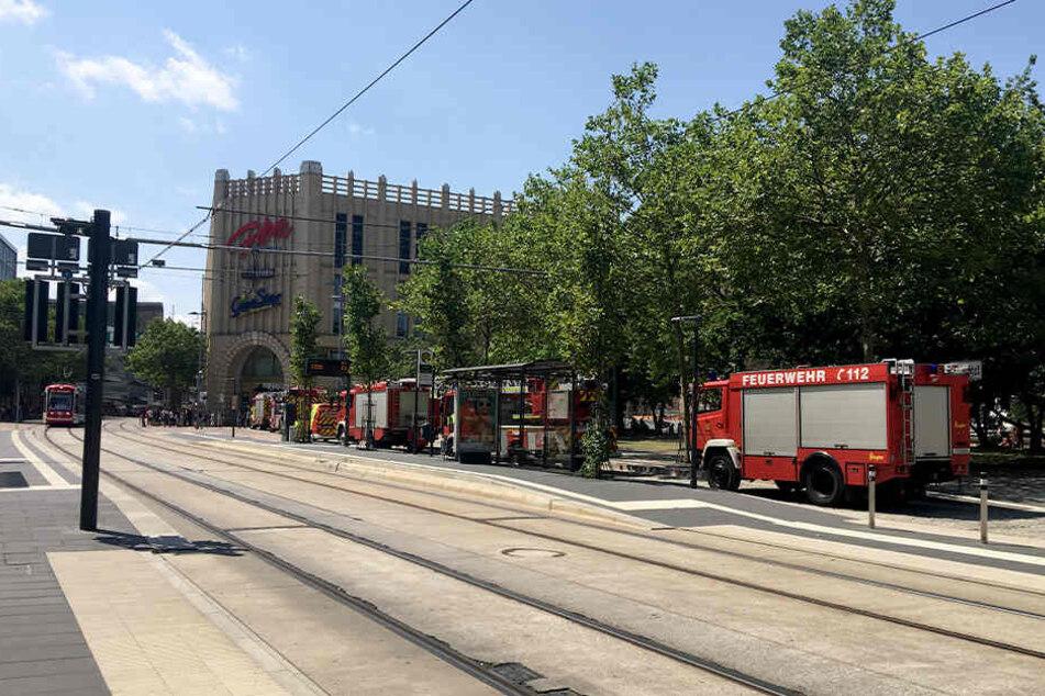 Die Feuerwehr fuhr mit mehreren Lösch- und Einsatzfahrzeugen an der Galerie Roter Turm vor.