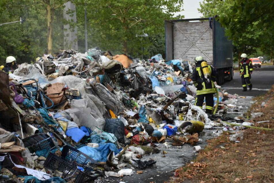Der Lkw entlud die komplette Ladung voller Müll auf der Straße.
