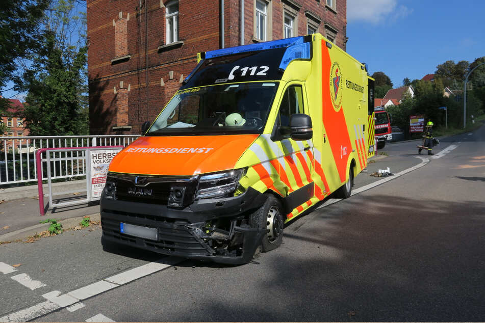 Obwohl der Rettungswagen vorsichtig an die Kreuzung herangefahren ist, kam es zu der Kollision zwischen den beiden Fahrzeugen.