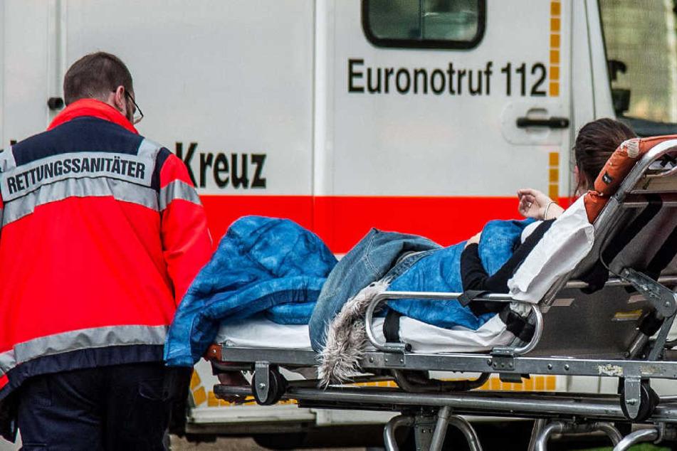 Die 20-Jährige wurde mit Verletzungen in ein Krankenhaus gebracht (Symbolbild).