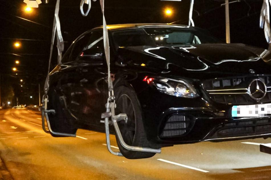 Der Mercedes AMG wurde nach dem Crash sichergestellt und abtransportiert.