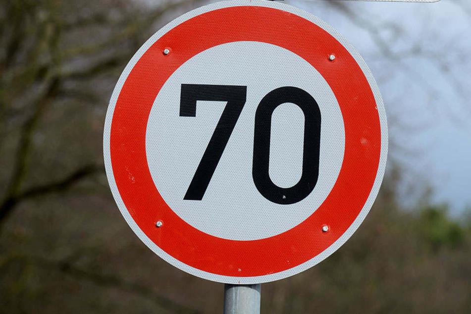 Die Geschwindigkeitsbegrenzung von 70 km/h ignorierte ein 29-jähriger Herford einfach mal. Mit 75 Sachen zu viel wurde er dann von der Polizei angehalten.