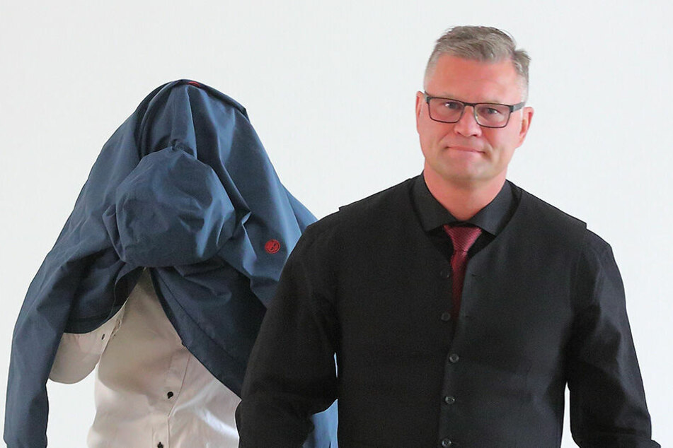 Im Prozess gegen Valentin L. (20, links), hier mit seinem Anwalt, mussten die mutmaßlichen Opfer aussagen.