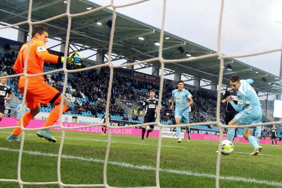 Daniel Frahn (r.) trifft gegen Magdeburgs Keeper Jan Glinker zum 2:3.