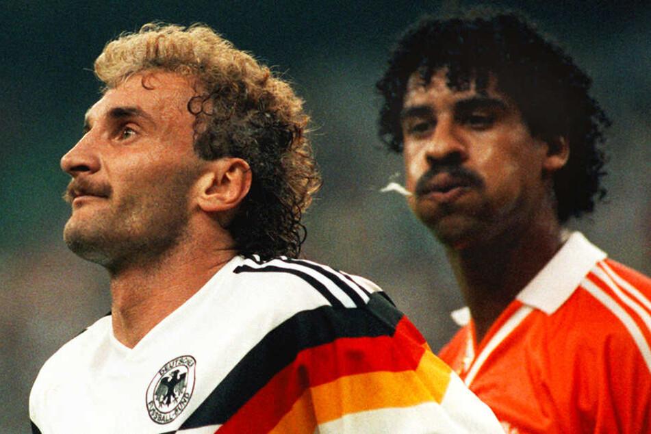 Beim WM-Achtelfinale 1990 bespuckte der niederländische Superstar Frank Rijkaard (r.) Deutschlands Stürmer Rudi Völler (l.).