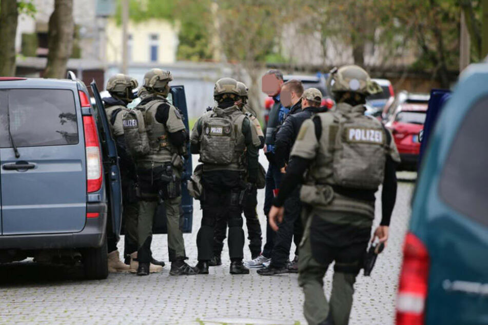 Mit einem Großaufgebot suchte die Polizei in Leutzsch am 9. Mai nach dem mutmaßlichen Waffenträger.