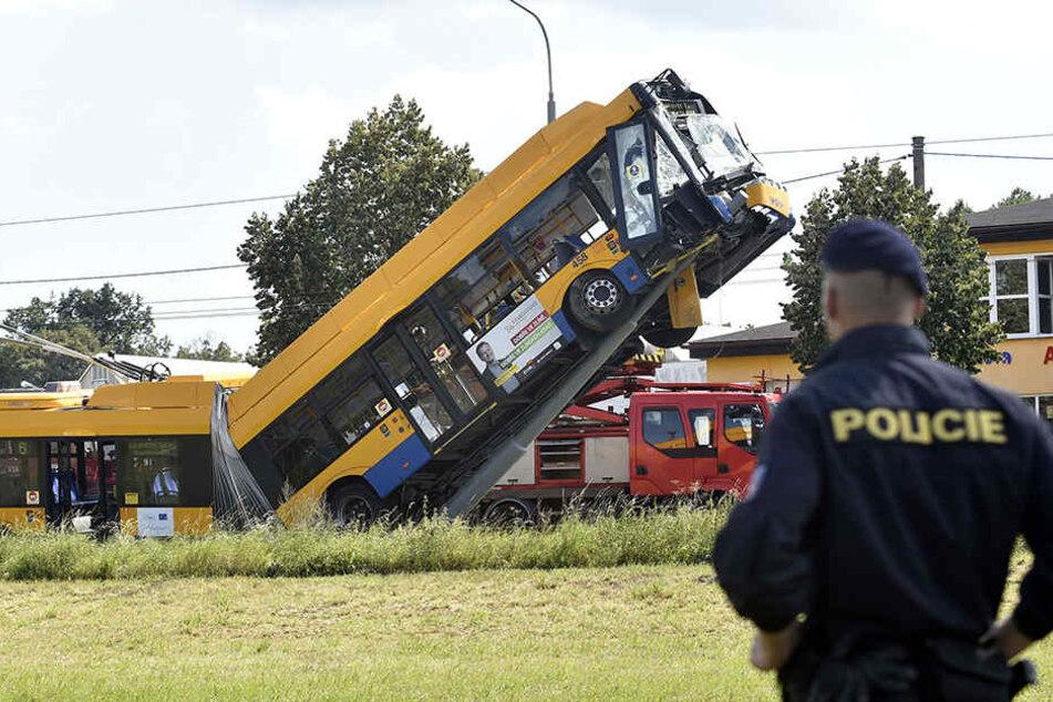Der Bus knallte gegen einen Leitungsmast und rutschte an diesem hinauf.