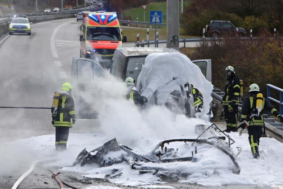 Mit Schaum und Speziallöschmitteln löschte die Feuerwehr den Brand.