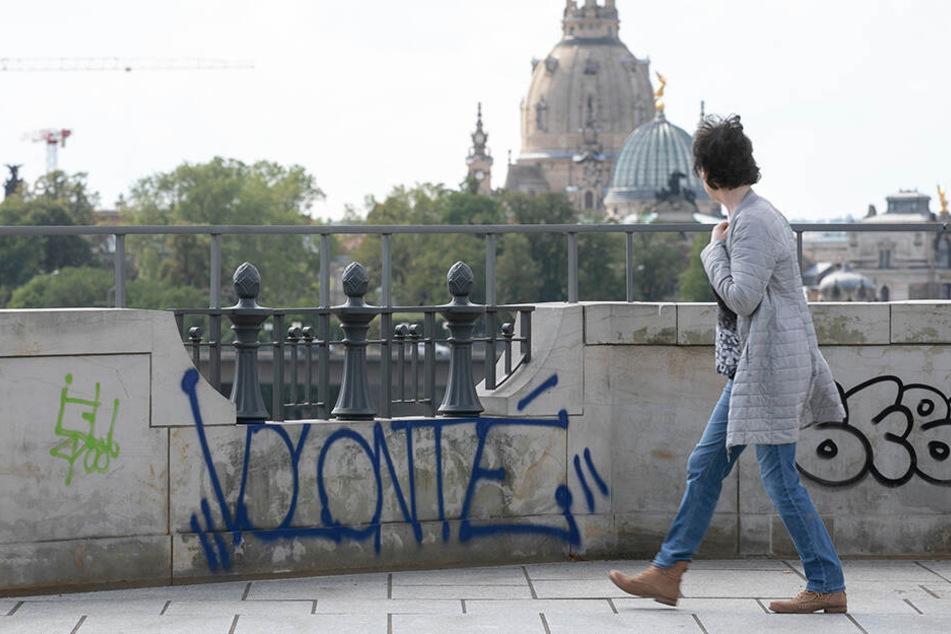 Wie hier auf der Albertbrücke verschandeln Graffiti an vielen Stellen den Blick auf die Altstadt.