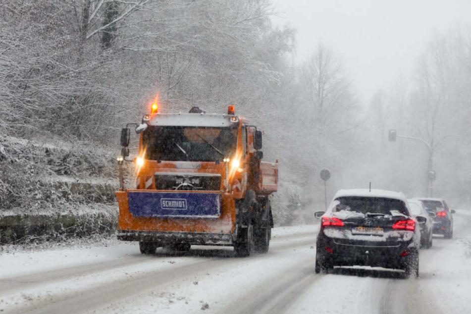 Die Räumfahrzeuge in NRW versuchen die Straßen freizuhalten.