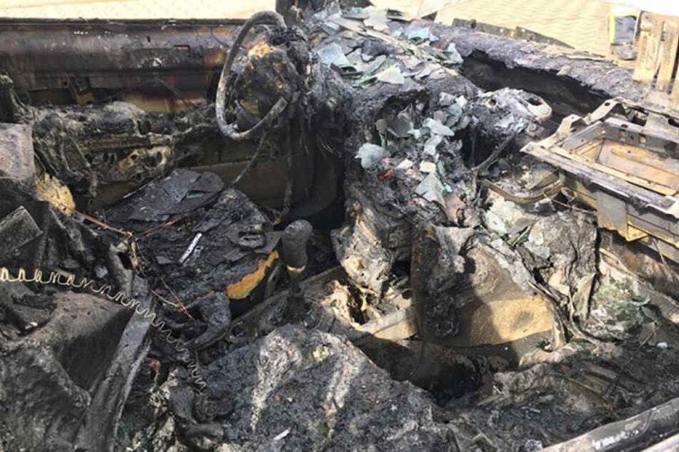 Der Innenraum des Renault ist komplett ausgebrannt.
