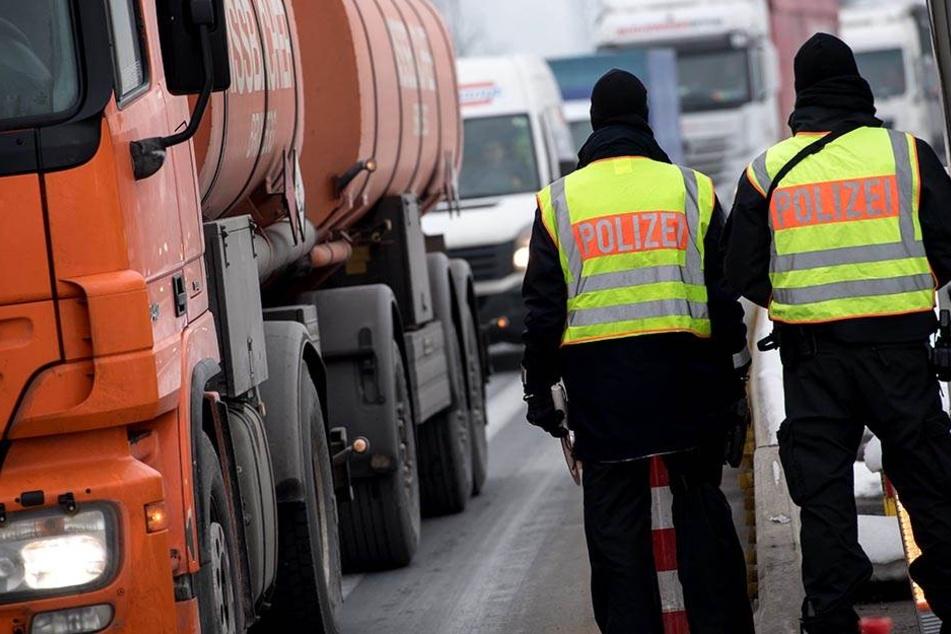 Die Bundesstraße 588 war während der Bergungsarbeiten gesperrt. (Symbolbild)
