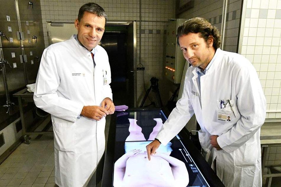 TU-Wissenschaftler und Anatom Dr. József Jászai (48, rechts) und  Uniklinik-Chirurg Jürgen Weitz (51) zerlegen eine Leiche auf dem virtuellen  Seziertisch.