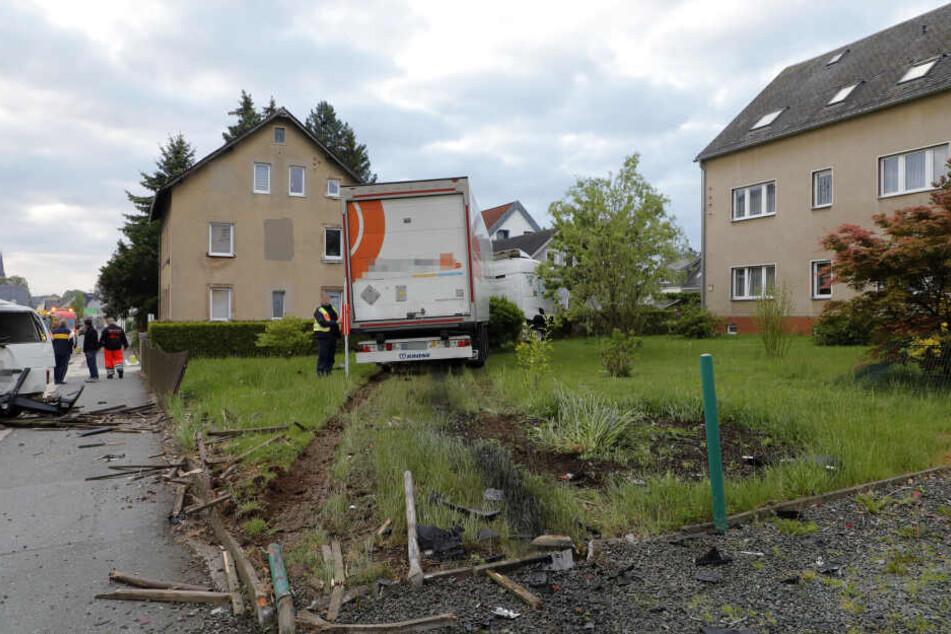 Der Laster kam in einem Garten zum Stehen.