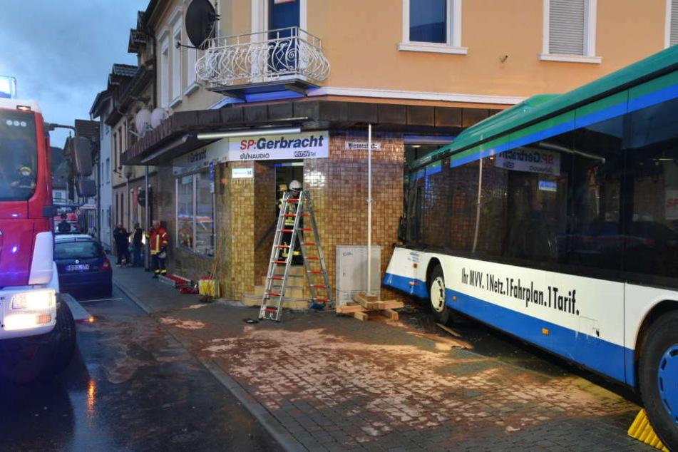 Der Bus prallte voll gegen die Hauswand.