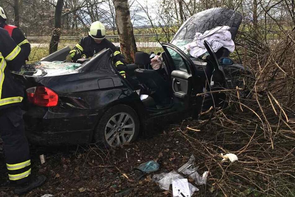Die Feuerwehr musste den schwer verletzten Fahrer aus dem BMW befreien.