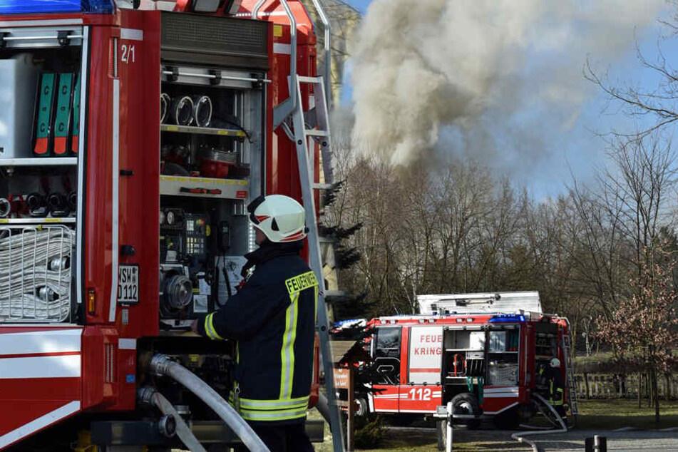 Zahlreiche Kameraden hatten alle Hände voll zu tun, ein Übergreifen der Flammen zu verhindern.