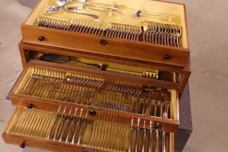 144 Teile aus 800er Silber standen zum Verkauf.