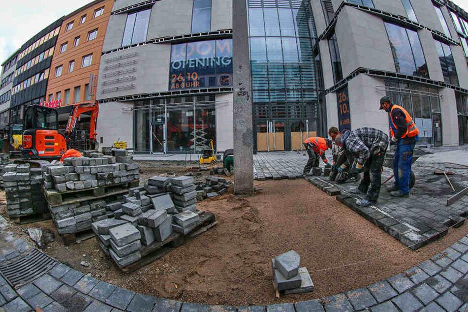Die Pflasterarbeiten in der Fußgängerzone vor dem Loom werden in dieser Woche abgeschlossen.