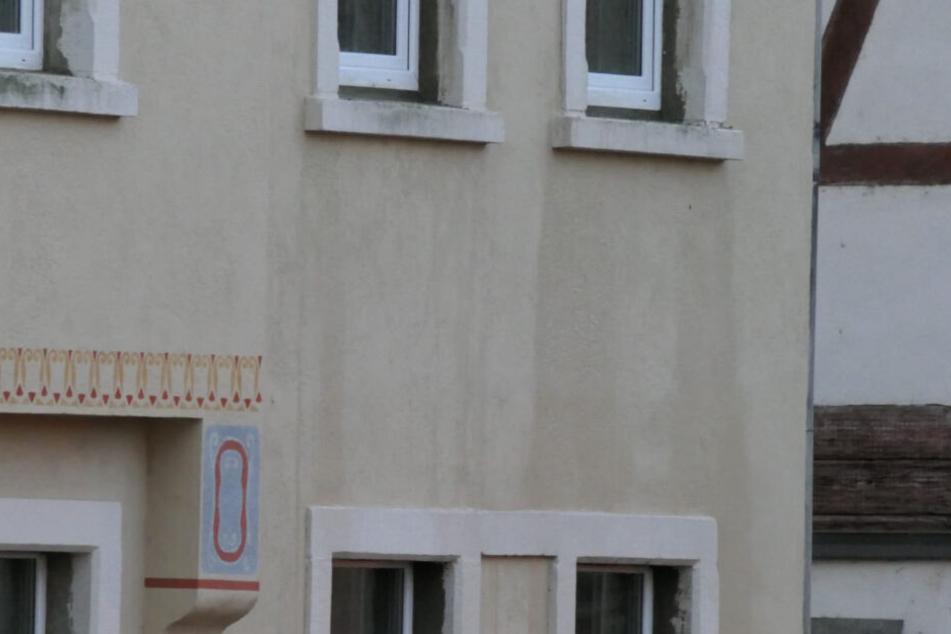 Auf diesem Bild wird ersichtlich, wie hoch das Wasser im zweiten Stock des Wohnhauses stehen muss.