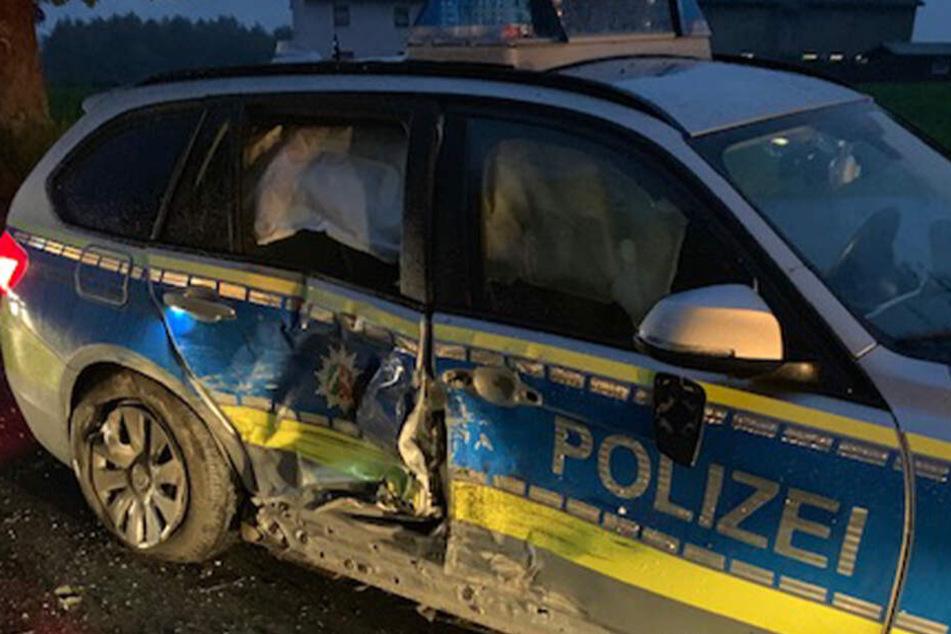 Der Polizeiwagen wurde durch den Unfall stark beschädigt.