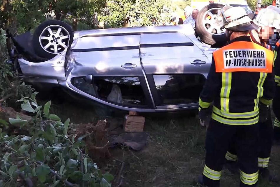 Der Wagen überschlug sich und blieb auf dem Dach liegen.