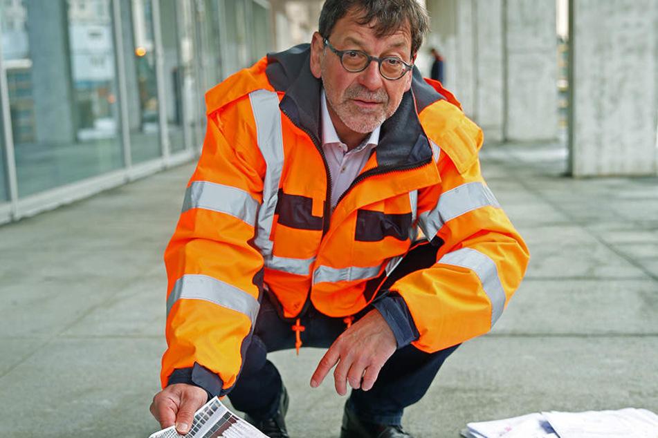 Straßen- und Tiefbauamtschef Reinhard Koettnitz (61) zeigt den Kulti-Bauplan