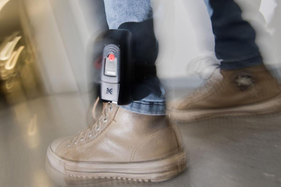 Auch extremistische Gefährder werden mit der elektronischen Fußfessel überwacht (Symbolfoto).