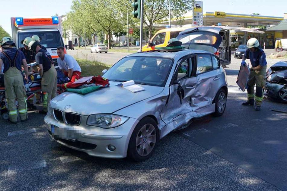 Rettungskräfte haben einen der Verletzten auf die Trage gelegt und bringen ihn in die Klinik.
