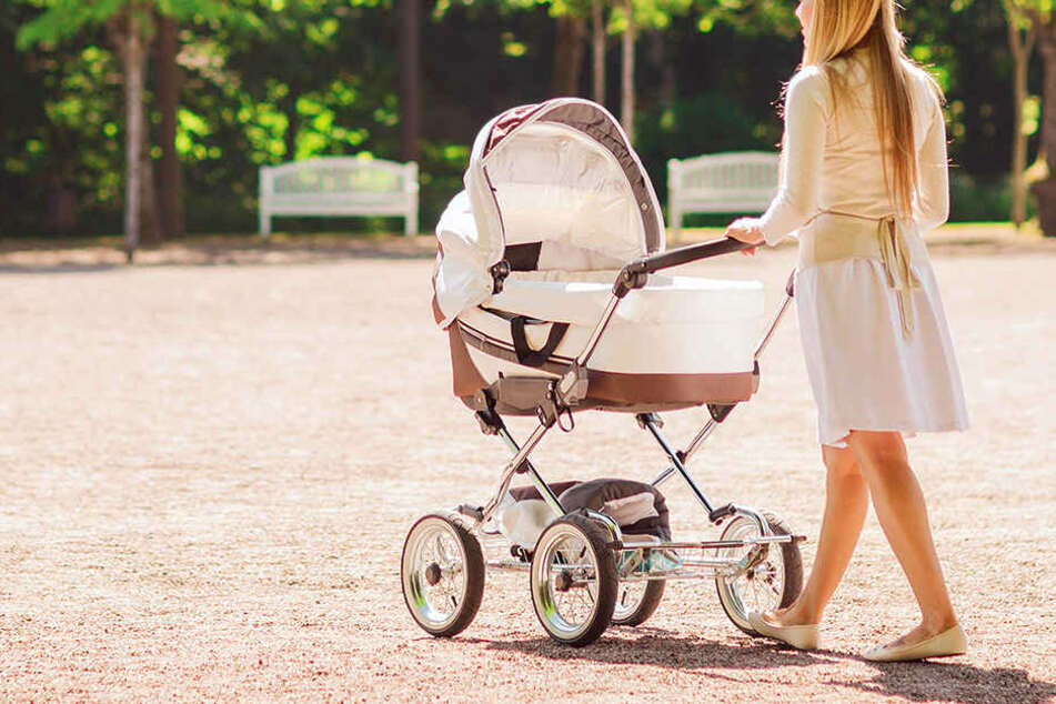 Mann entblößt sich im Großen Garten vor Mutter mit Baby und läuft auf sie zu