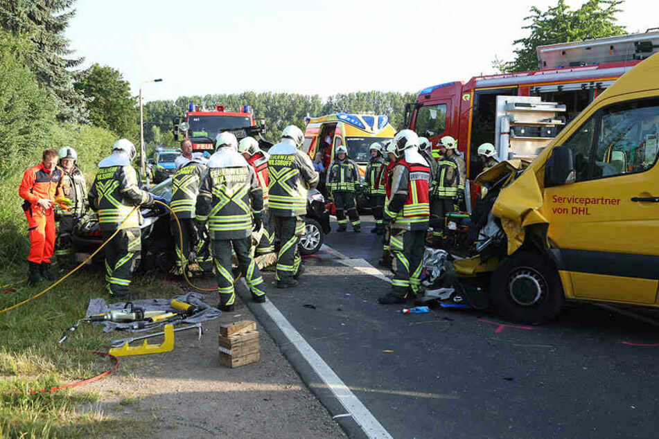 Die Feuerwehr musste mit schwerem Gerät anrücken, um die Insassen aus dem Peugeot zu befreien.