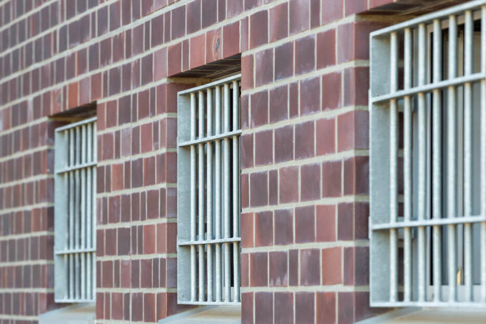 2008 wurde der Mann zu lebenslanger Haft verurteilt. (Symbolbild)