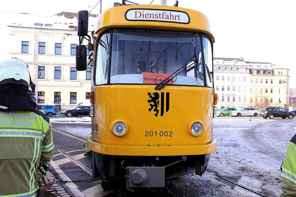 Schon wieder! Straßenbahn entgleist auf zugefrorenen Schienen