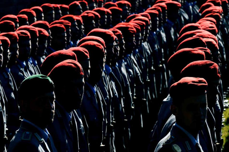 Nach dem Gelöbnis verpflichten sich Soldaten, für ihr Land zu dienen - und dies auch im Ausland.