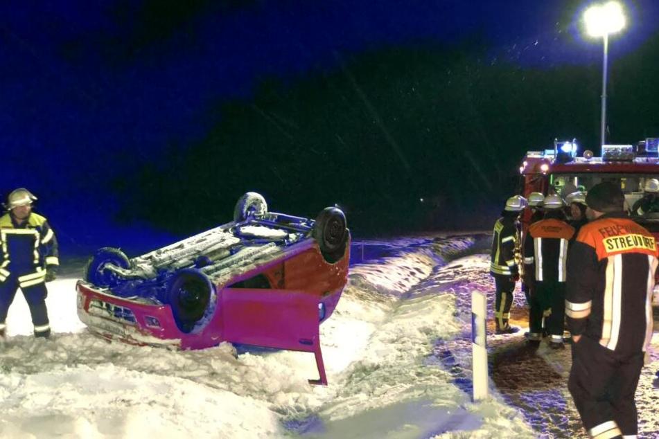 Die Fahrerin verlor die Kontrolle über ihr Auto, das sich überschlug und auf dem Dach liegen blieb.