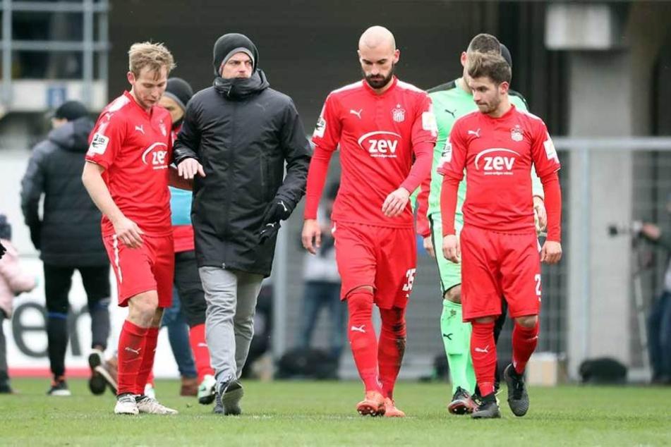 Zwickau enttäuscht nach der Niederlage gegen Paderborn: Trainer Torsten Ziegner und seine Jungs.