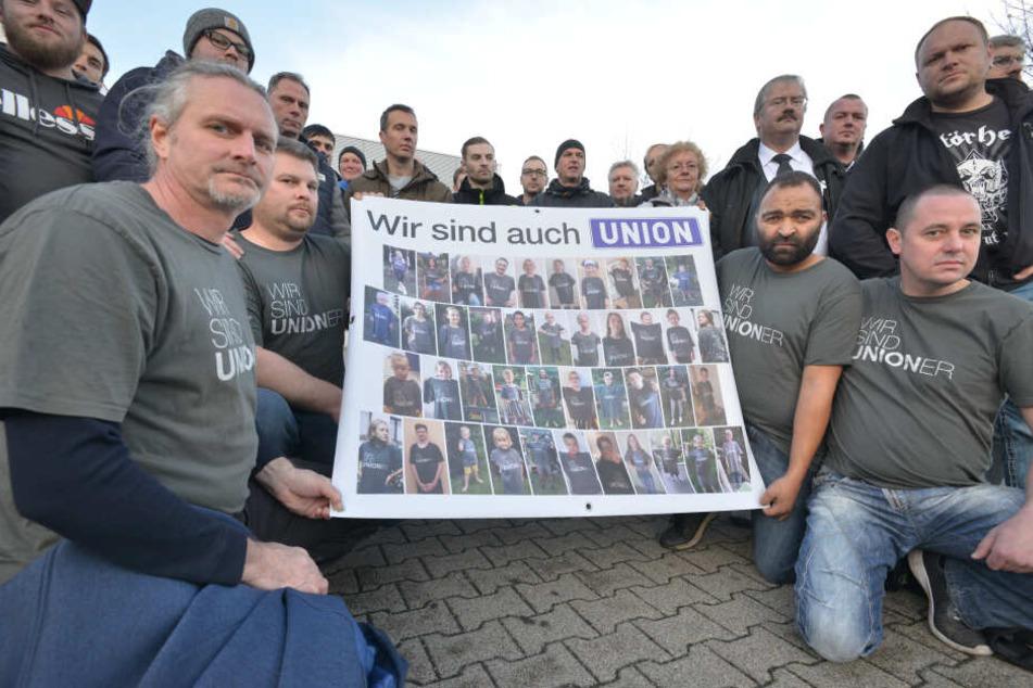 Ein Plakat mit 42 Fotos ihrer Kinder hielten Union-Mitarbeiter vor dem Werkstor hoch.