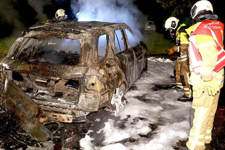 An den ausgebrannten Fahrzeugen entstand Totalschaden.